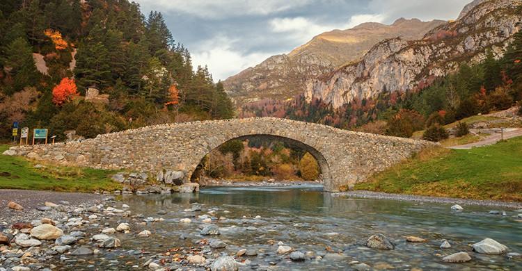 Puente románico en el valle de Bujaruelo, Huesca (iStock)