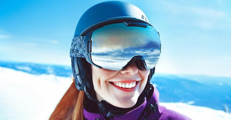 Una mujer en una pista de esquí (iStock)