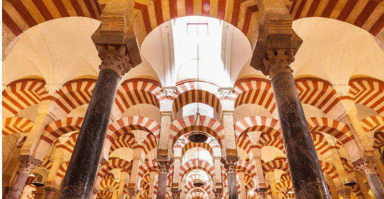 La Mezquita, de arquitectura andalusí, es la segunda más grande del mundo